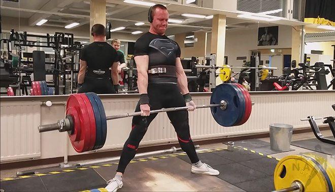Teräsmies vetää maasta 217.5 kiloa